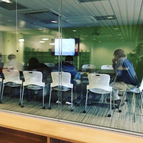 The enclosed 'D Lab' allows classes and seminars to be held independent of other activities in the learning commons.